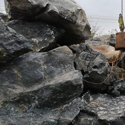 大型太湖石假山、公園人工湖太湖石駁岸、草坪景觀太湖石點綴圖片