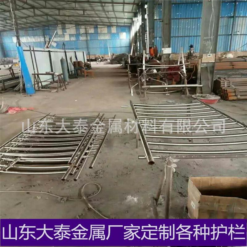 四川汽車防撞護欄 不銹鋼復合管道路隔離防撞欄桿示例圖2