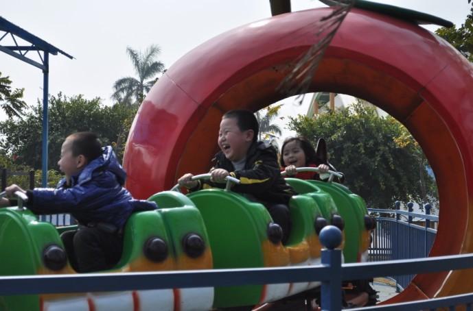 可爱的青虫造型之果虫滑车游乐设备 小朋友喜爱公园轨道果虫滑车示例图7