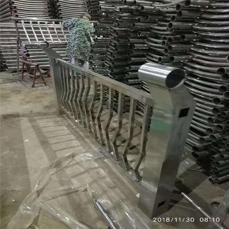 保山木栈道不锈 小唯眨巴眨巴眼睛钢护栏 河道不锈钢栏杆 木栈道不锈钢护栏生产公司